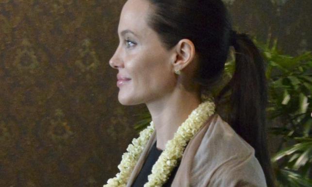 Z 40 na karku i w minimalnym makijażu Angellina Jolie wygląda... obłędnie!