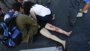 Pomoc osobie ranionej nożem w czasie parady gejów w Jerozolimie