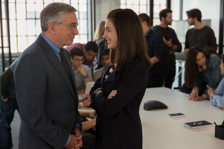 Anne Hathaway szefową Roberta De Niro