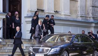 Była żona Jana Kulczyka Grażyna Kulczyk z synem Sebastianem i córką Dominiką wychodzą z sanktuarium św. Józefa podczas uroczystości pogrzebowych Jana Kulczyka