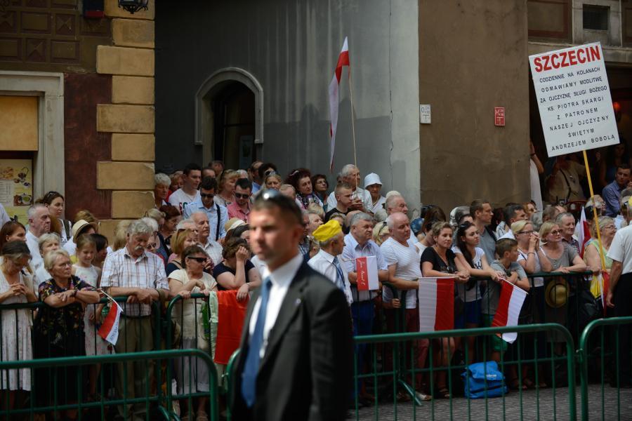 Zwolennicy prezydenta Andrzeja Dudy przed archikatedrą warszawską