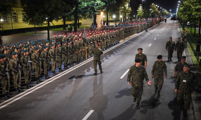 Żołnierze wyszli na ulice Warszawy. Nocne ćwiczenia przed defiladą
