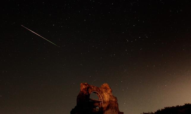 Perseidy na nocnym niebie. Zobacz ZDJĘCIA z deszczu meteorów