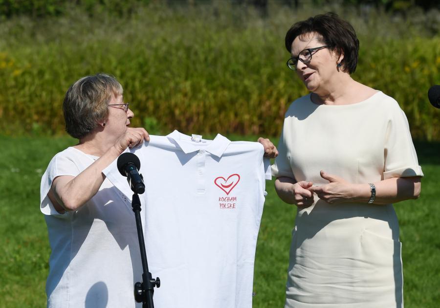 Premier Ewa Kopacz podczas konferencji prasowej podarowała Ewie Siemińskiej koszulkę z napisem \