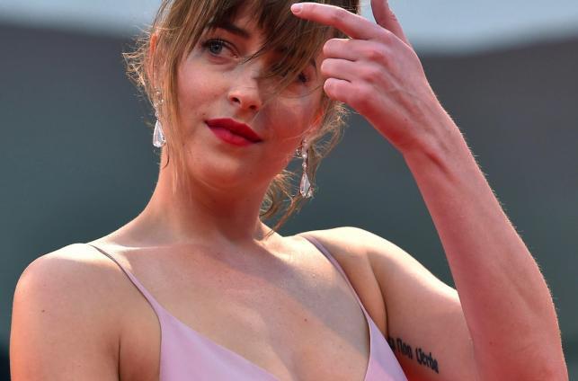 Dakota Johnson chwali się tatuażami w Wenecji