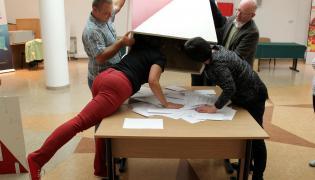 Członkowie obwodowej komisji do spraw referendum nr 26 w Olsztynie