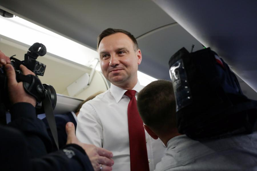Prezydent Andrzej Duda na pokładzie samolotu przed wylotem na Węgry