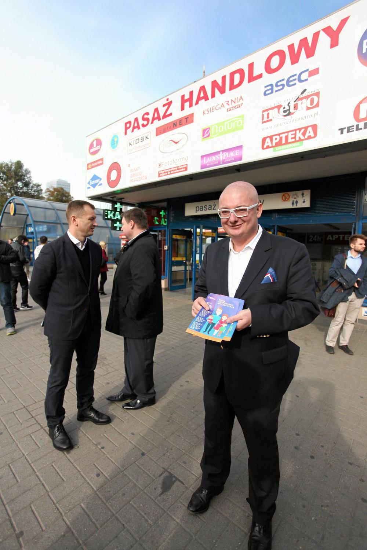 Michał Kamiński rozdaje ulotki wyborcze PO w Warszawie