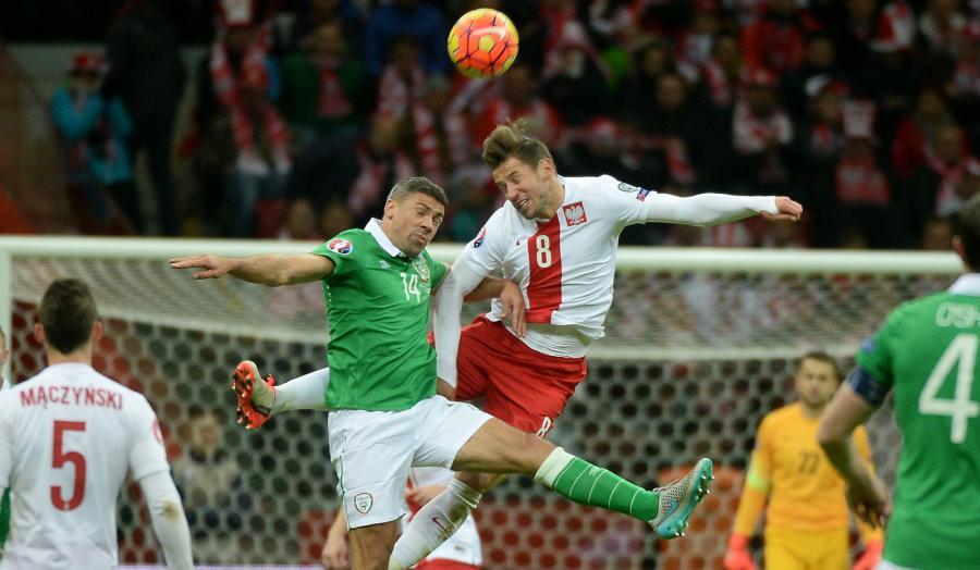 Grzegorz Krychowiak i Jon Walters z Irlandii w meczu grupy D eliminacji piłkarskich mistrzostw Europy 2016 na PGE Stadionie Narodowym w Warszawie