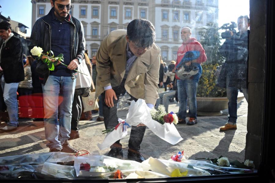 Kwiaty składane pod francuską ambasadą