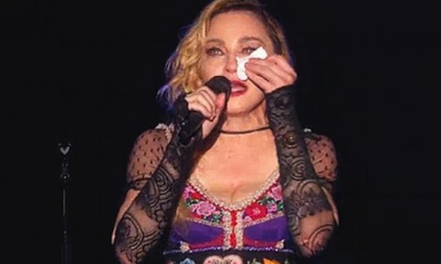 Zapłakana Madonna oddała hołd ofiarom zamachów w Paryżu [ZDJĘCIA]