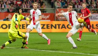 Arkadiusz Milik (P) i Kamil Grosicki (2L) oraz czeski bramkarz Petr Cech