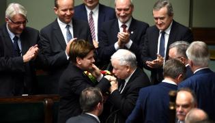 Beata Szydło i Jarosław Kaczyński w otoczeniu ministrów rządu PiS