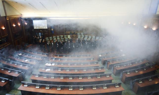 Opozycja rozpyliła gaz w parlamencie Kosowa. Chce powstrzymać porozumienie z Serbią. ZDJĘCIA