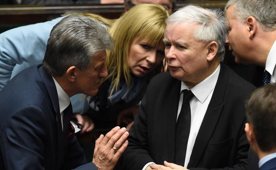 Prezes PiS Jarosław Kaczyński (C) oraz posłowie PiS Stanisław Piotrowicz (L) i Małgorzata Gosiewska (2L) w Sejmie