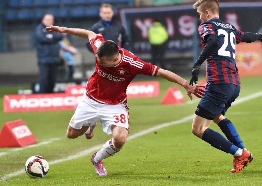 Jakub Bartosz (L) z miejscowej Wisły oraz Marcin Listkowski (P) z Pogoni Szczecin w meczu T-Mobile Ekstraklasy w Krakowie