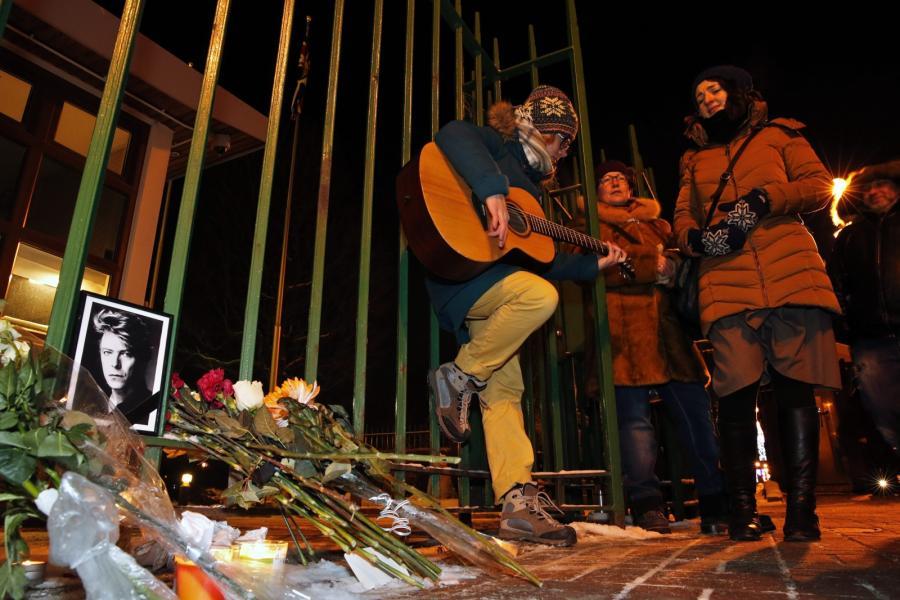 Rosyjscy fani składają kwiaty pod brytyjskim konsulatem w St. Petersburgu