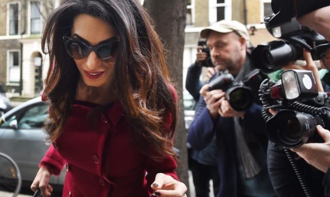 Prawniczka z ciałem i duszą gwiazdy: Amal Clooney w podróży służbowej jak na rewii mody