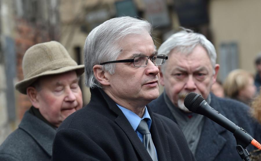 Były premier Włodzimierz Cimoszewicz (2L), przewodniczący Gminy Żydowskiej w Krakowie Tadeusz Jakubowicz (L), prezydent Krakowa Jacek Majchrowski (2P)