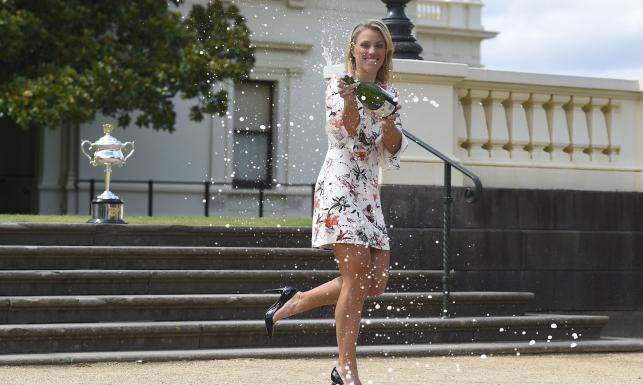 Zwyciężczyni Australian Open w mini i szpilkach. Angelique Kerber pozowała z trofeum. ZDJĘCIA