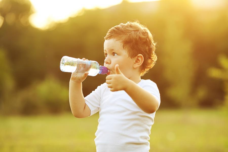 Chłopiec pijący wodę