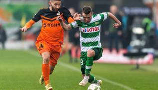 Zawodnik Zagłębia Lubin Aleksandar Todorovski (L) walczy o piłkę z Michałem Makiem (P) z Lechii Gdańsk