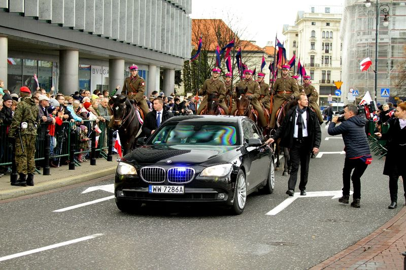 Opancerzone BMW z prezydentem na pokładzie