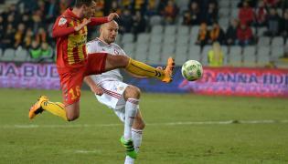 Piłkarz Korony Kielce Airam Cabrera (L) i Arkadiusz Głowacki (P) z Wisły Kraków