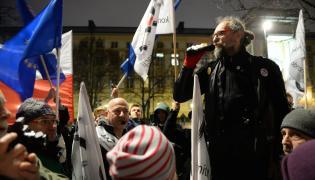 Lider KOD Mateusz Kijowski podczas protestu przed Kancelarią Prezesa Rady Ministrów