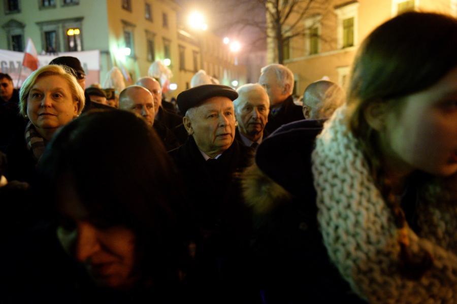 Prezes PiS Jarosław Kaczyński i europosłanka Anna Fotyga podczas przemarszu po wieczornej mszy przed Pałac Prezydencki w Warszawie