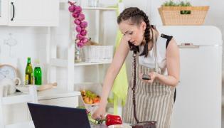 Kobieta z laptopem w kuchni