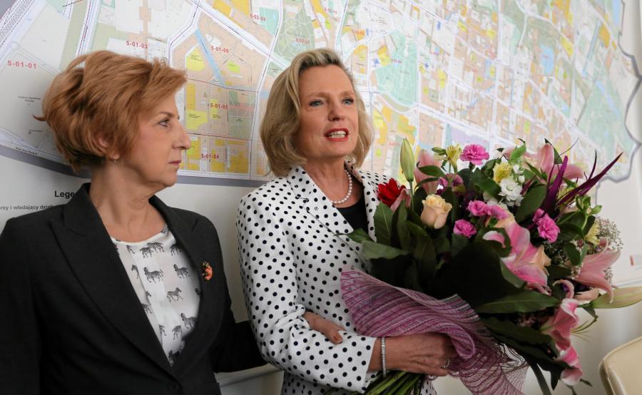 Anna Maria Anders z bukietem kwiatów