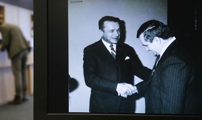 IPN ujawnia ZDJĘCIA z szafy Kiszczaka. A tam Wałęsa, Kaczyński, Kuroń...