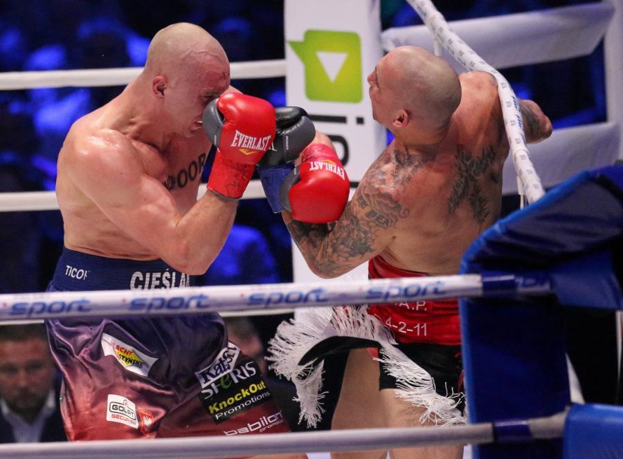 Michał Cieślak (L) i Portorykańczyk Francisco Palacios (P) podczas walki w wadze junior ciężkiej, w trakcie gali bokserskiej Polsat Boxing Night