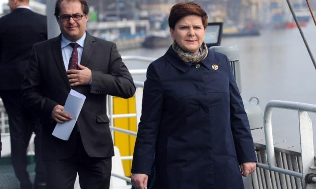 Fatalne odcięcie: Beata Szydło w płaszczu Małej Mi. FOTO
