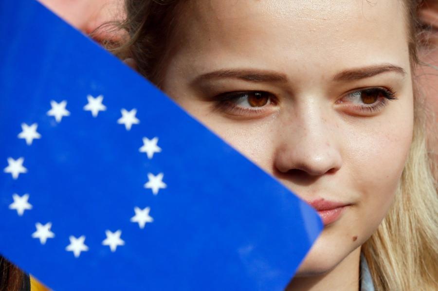 Ukraińska studenka z flagą UE podczas protestu w Kijowie