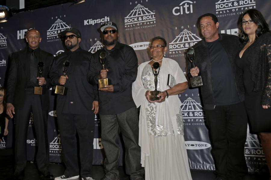 Raperzy z N.W.A.: Dr. Dre, Ice Cube, MC Ren, matka Eazy-E, Kathy Wright, DJ Yella i żona Eazy-E, Tomica Wright podczas ceremonii wprowadzenia do Rock and Roll Hall of Fame