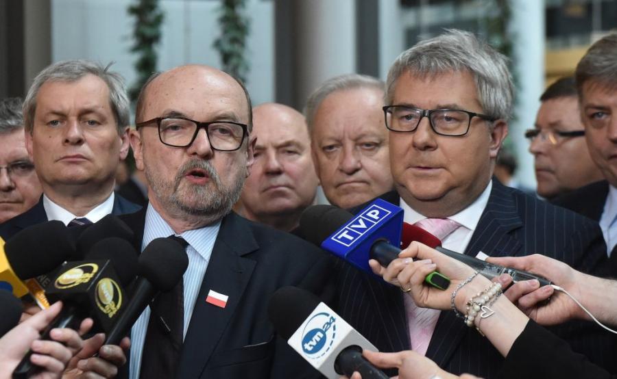 Europosłowie PiS Ryszard Legutko, Ryszard Czarnecki, Bolesław Piecha na konferencji prasowej po głosowaniu nad rezolucją o Polsce