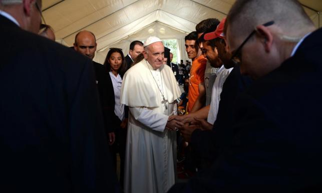 Papież przygarnął trzy rodziny uchodźców muzułmańskich. Zabrał ich do samolotu