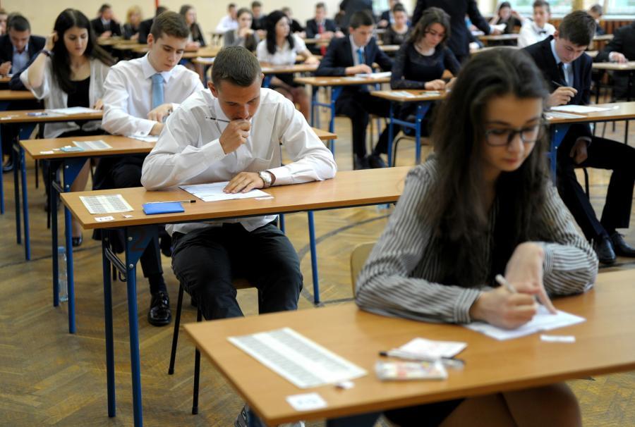 Gimnazjaliści podczas egzaminu