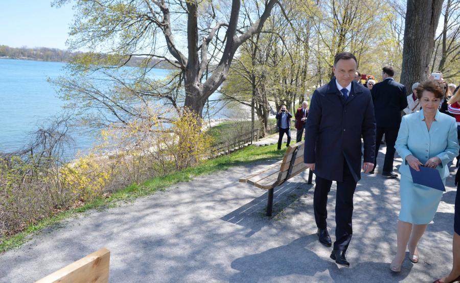 Prezydent Andrzej Duda w towarzystwie prezes Kongresu Polonii Kanadyjskiej Okręgu Niagara Zofii Soi podczas wizyty na polskim cmentarzu wojskowym w Niagara-on-the-Lake