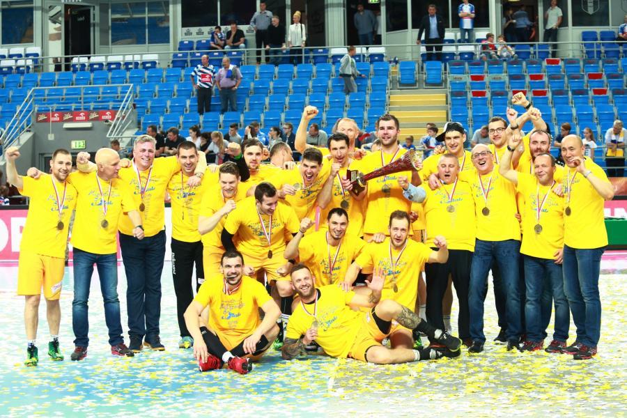 Ekipa Vive Tauron Kielce podczas dekoracji medalowej, po zwycięstwie w trzecim meczu finałowym Ekstraklasy piłkarzy ręcznych przeciwko Orlenowi Wiśle Płock