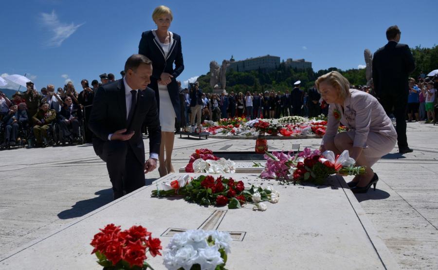 Prezydent Andrzej Duda (L) z żoną Agatą (C) i pełnomocnik rządu ds. dialogu międzynarodowego, senator PiS Anna Maria Anders (P) składają kwiaty podczas uroczystości upamiętniających 72. rocznicę zakończenia bitwy o Monte Cassino na polskim Cmentarzu Wojennym na Monte Cassino