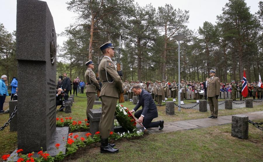 Prezydent Andrzej Duda podczas ceremonii złożenia wieńca