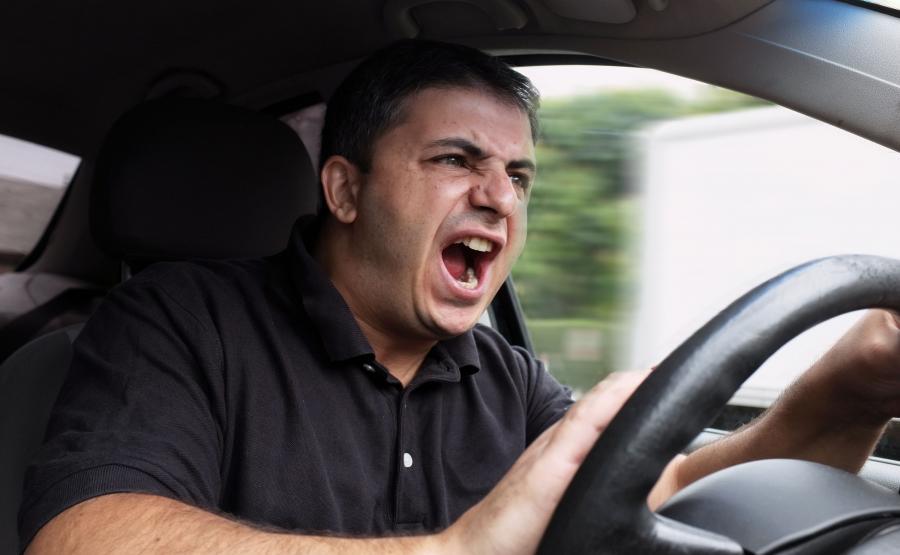 Kierowca złości się i krzyczy