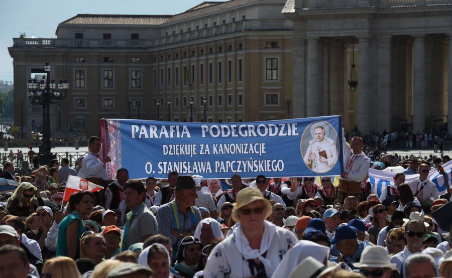 Prezydent Andrzej Duda z małżonką Agatą Kornhauser-Dudą na uroczystościach kanonizacyjnych w Watykanie