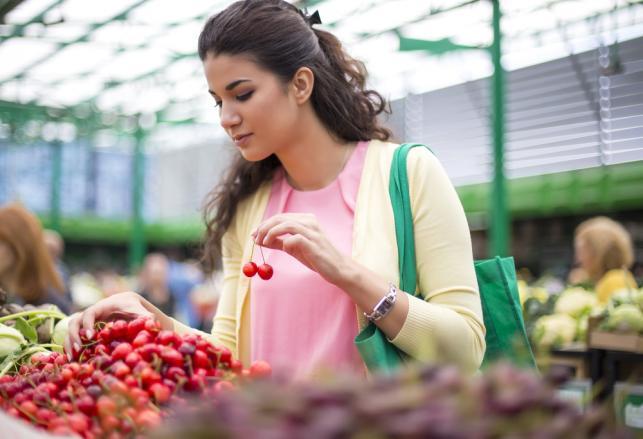 Kobieta na straganie z owocami