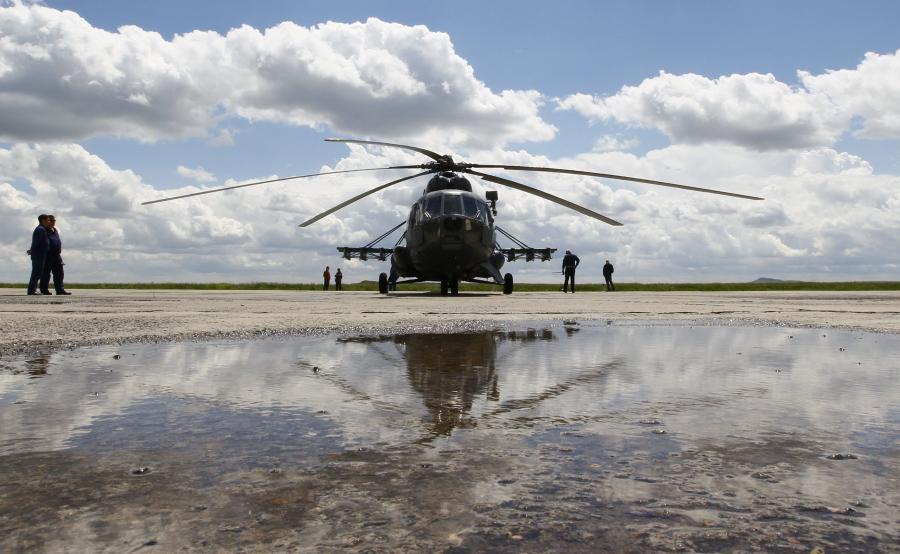 Rosyjski śmigłowiec Mi-8 czeka na lądowanie kapsuły Sojuz z astronautami z ISS