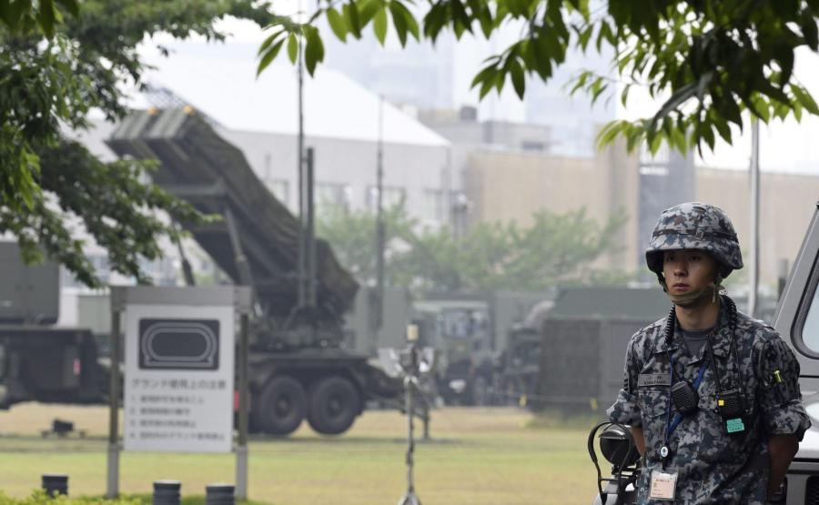 Japoński żołnierz przy wyrzutni rakiet Patriot ustawionej w Tokio. Armia Japonii postawiona została w stan gotowości