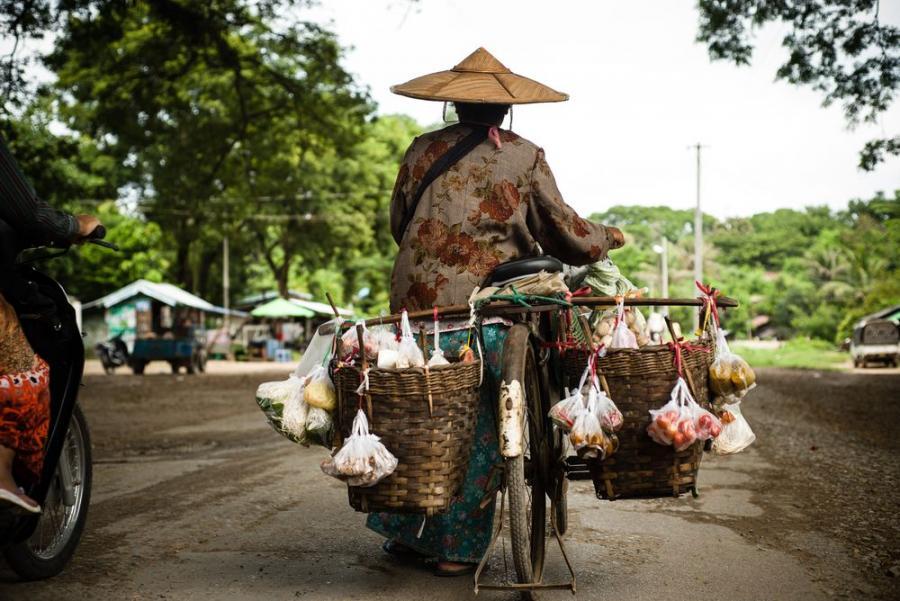 Azjatycki sklep mobilny; fot. T. Bogusz / Pirania na kolację